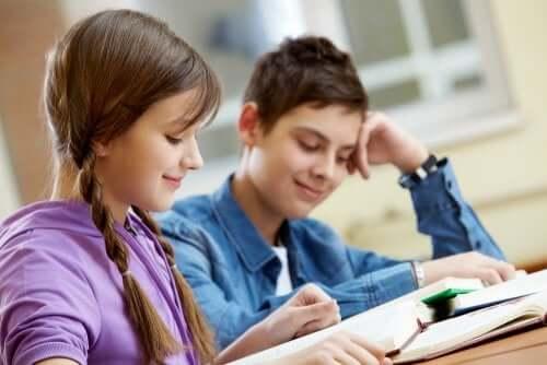 Deux jeunes en train de lire.
