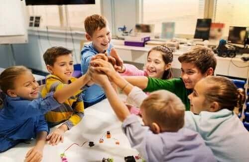 Un groupe d'enfants autour d'une activité