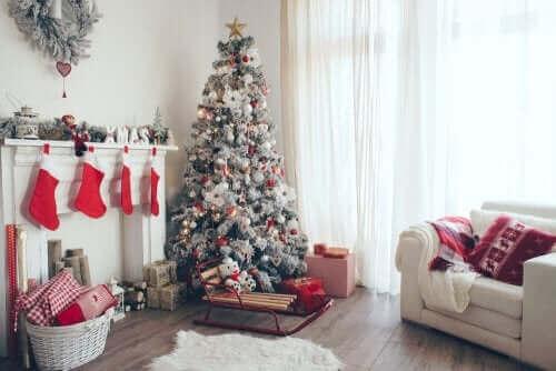 Un salon décoré pour Noël.