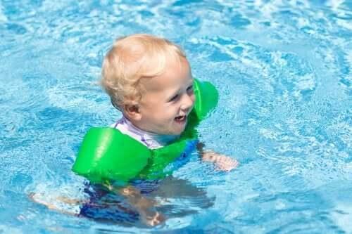 bébé jouant dans la piscine avec l'eau