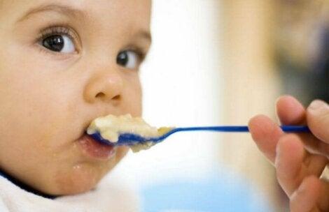 Un bébé mangeant de la bouillie