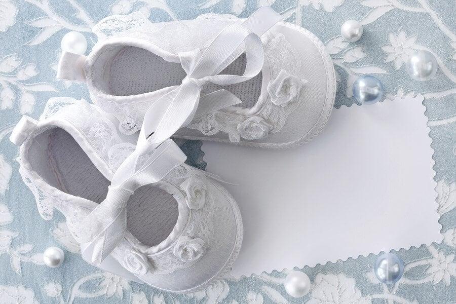 Chaussons blancs de bébé