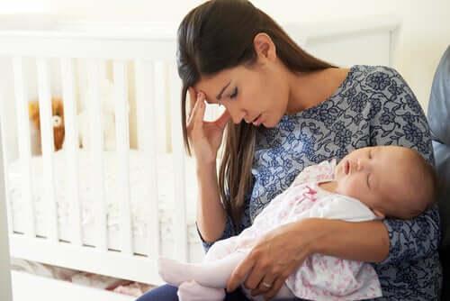 Une femme déprimée avec son bébé