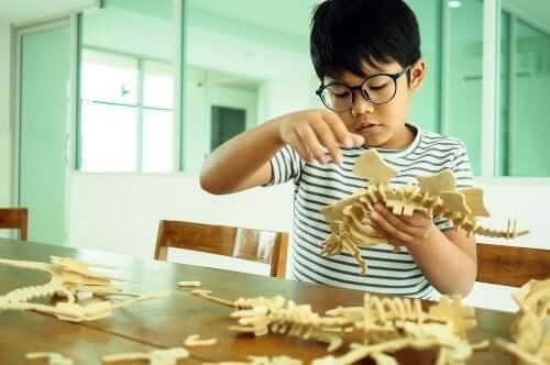 Un enfant qui joue avec un dinosaure