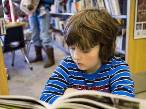 enfant lisant une bande dessinée