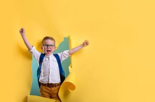 enfant sortant d'un mur en papier