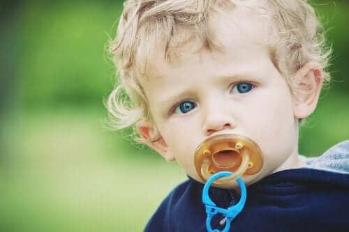bébé blond avec une tétine