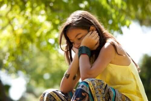 Une jeune fille pensive