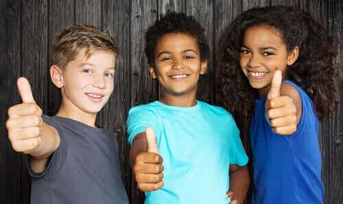 enfants qui pratiquent la tolérance, le respect et l'amitié