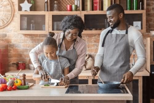 famille cuisinant ensemble
