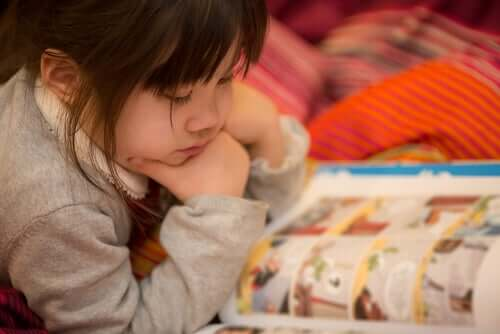 fille lisant une bande dessinée