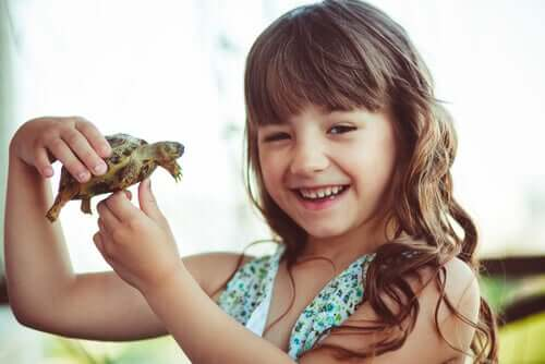 fille tenant une tortue