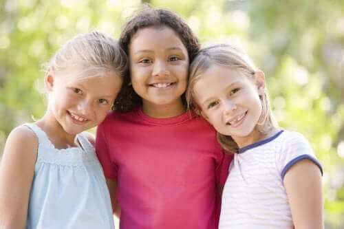 fillettes souriant sans préjugé