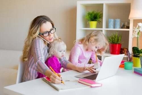 Une mère célibataire avec ses filles