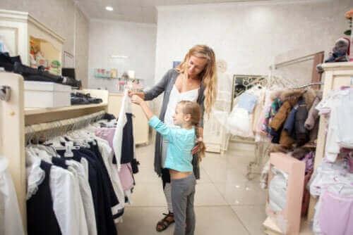 mère et fille achetant des vêtements
