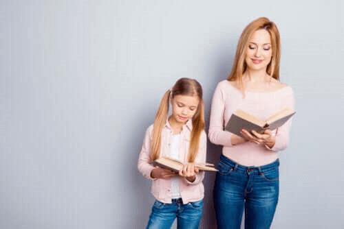 mère et fillant lisant un livre