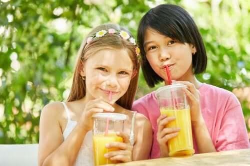 Enfants et jus de fruits