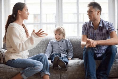 parents se disputant devant leur enfant