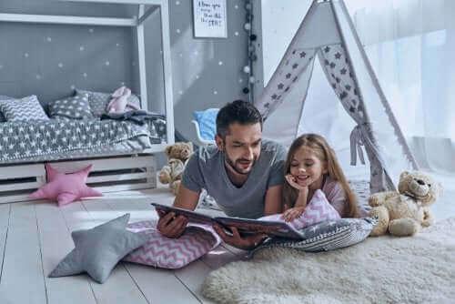 père et fille lisant une histoire