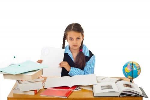 Redoubler une classe : fille débordée sur un bureau