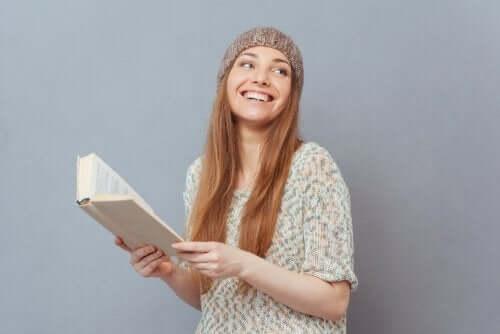 Une jeune femme lit un livre