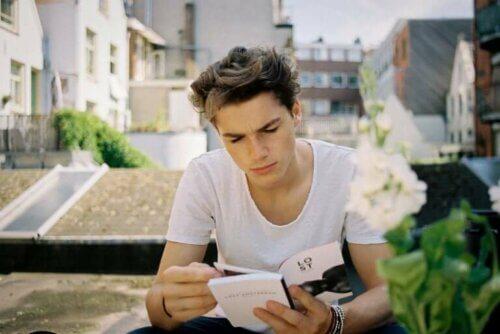 Adolescent qui lit dehors