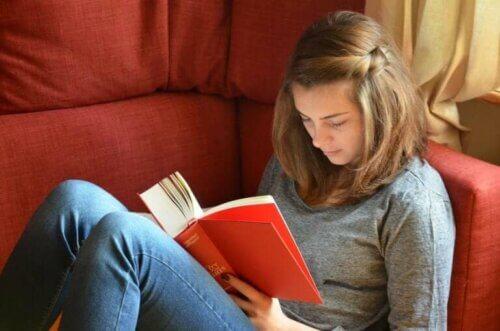 Adolescente qui lit à la maison