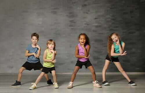 Enfants qui posent pour une photo en tenue d'aérobic