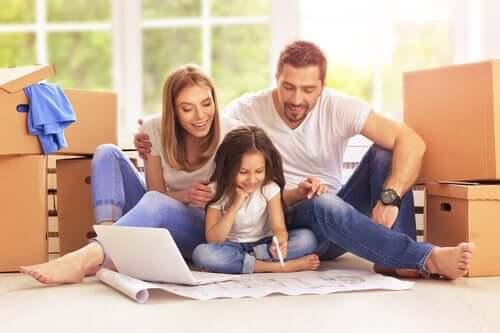 fille apprenant à écrire avec ses parents
