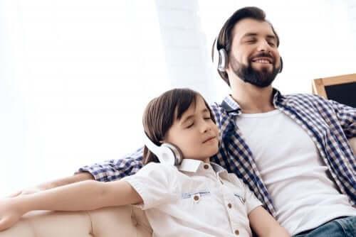 Un père et son fils qui écoutent de la musique ensemble