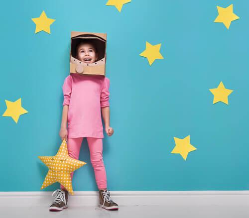 Une fille dans un déguisement d'astronaute
