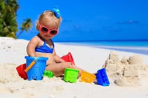 bébé à la plage portant des lunettes de soleil