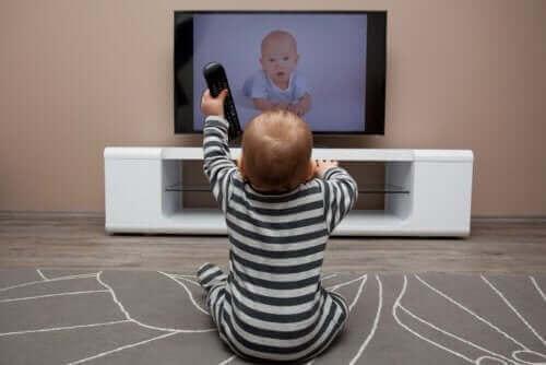 un bébé qui regarde la télévision