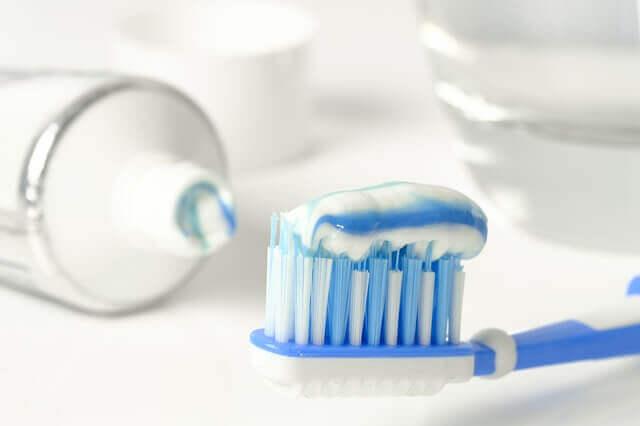 Une brosse à dents et dentifrice.