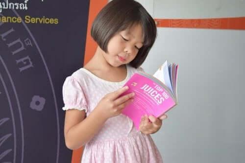 Une petite fille lit un livre en anglais