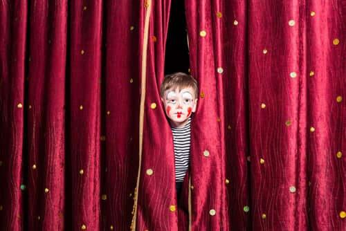 Un enfant déguisé en clown.