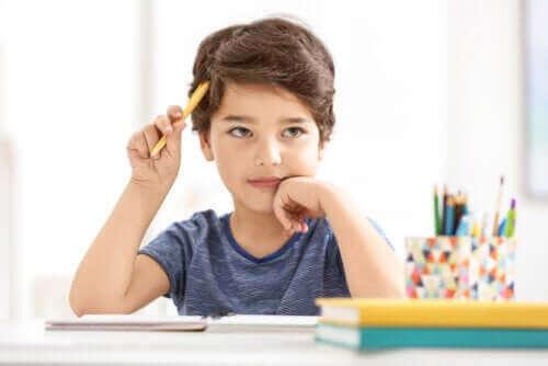 enfant réfléchissant en classe