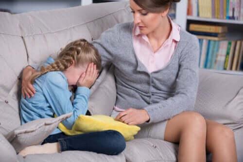Une enfant hypersensible en train de pleurer
