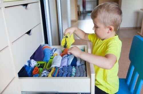 enfant rangeant ses vêtements