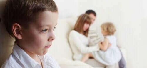 Un enfant jaloux de sa soeur