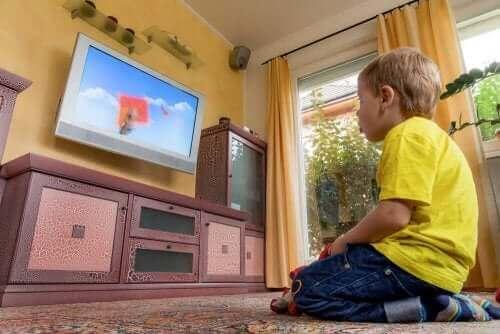 enfant regardant la télévision