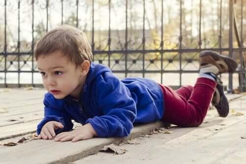 Un enfant tombé par terre