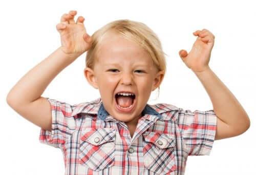Un enfant visiblement excité
