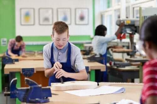 enfants faisant des travaux manuels en classe