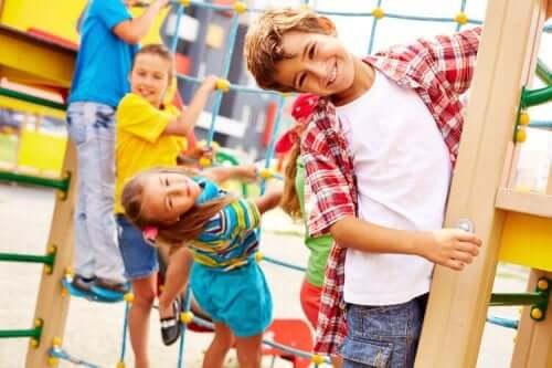 Des enfants jouant au parc