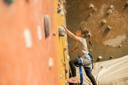 L'escalade procure aux enfants endurance et force
