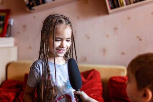 enfants jouant au journaliste