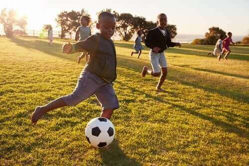 Des enfants heureux jouant au ballon