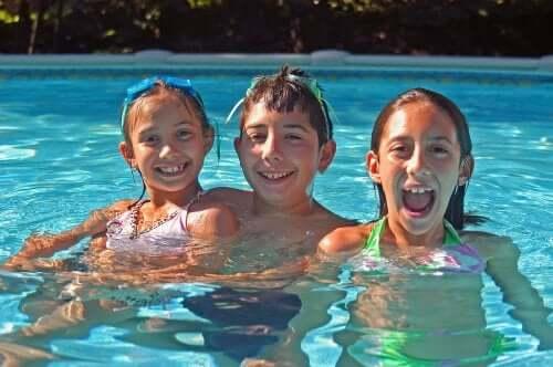Des enfants souriant dans une piscine