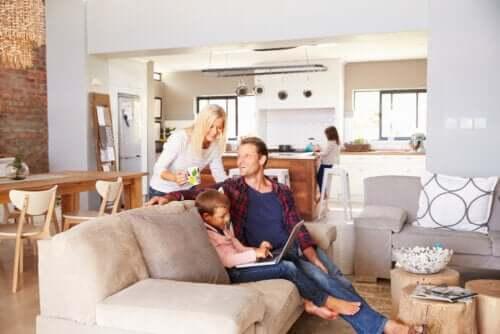 Des parents à la maison avec leurs enfants pendant la quarantaine